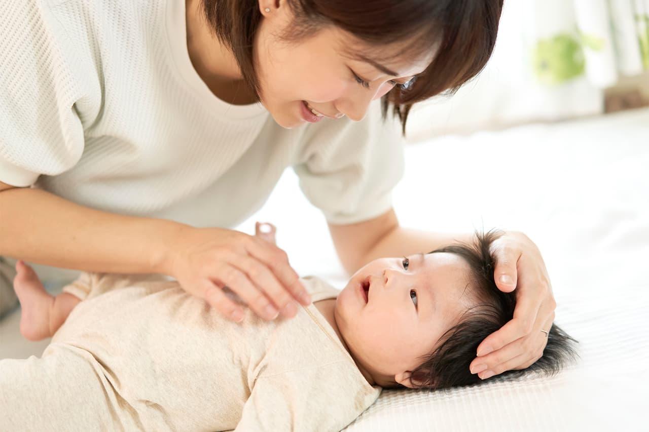 寒い冬、赤ちゃんに風邪を引かせないために何をどう着せる?小児科医がポイントを解説!